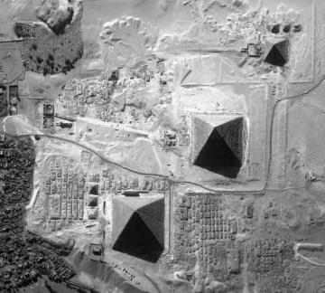 medium_pyramides_vue_par_satellitte.jpg