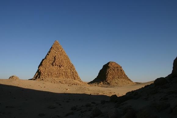 19-nurri pyramides09.jpg