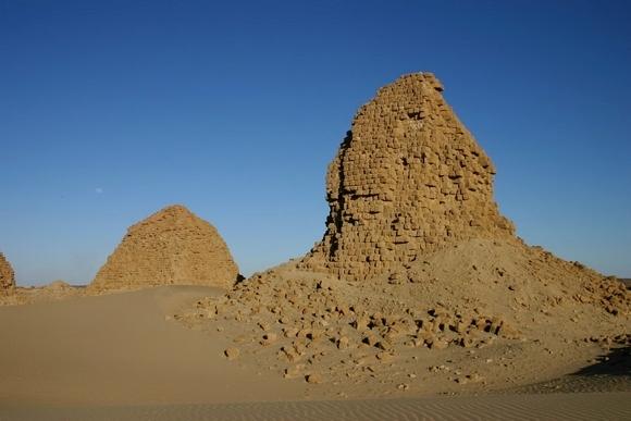 19-nurri pyramides02.jpg